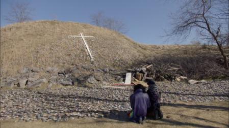 Pose S02 prière cimetière